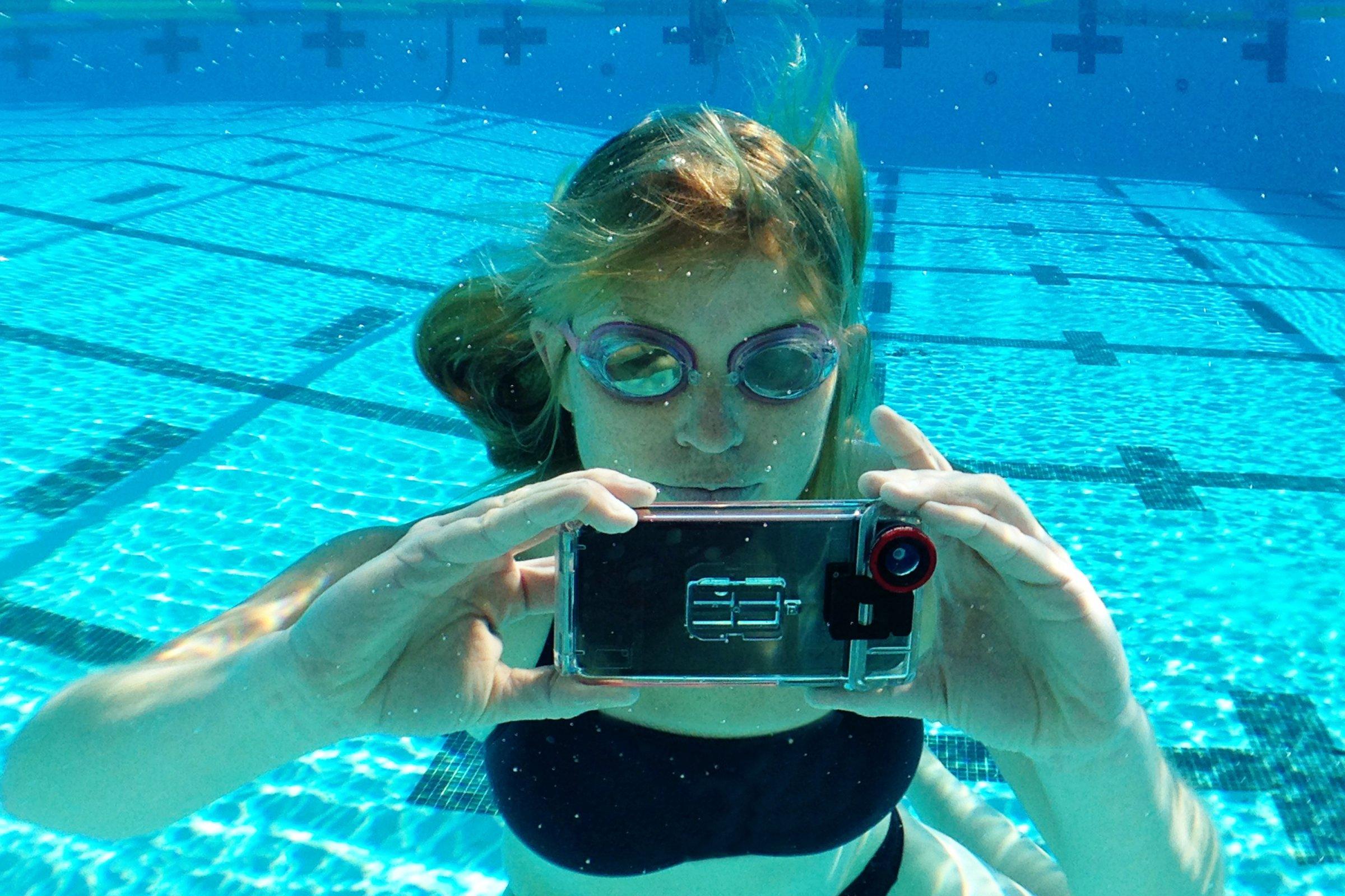 как делать фото под водой с телефона расширяется внизу