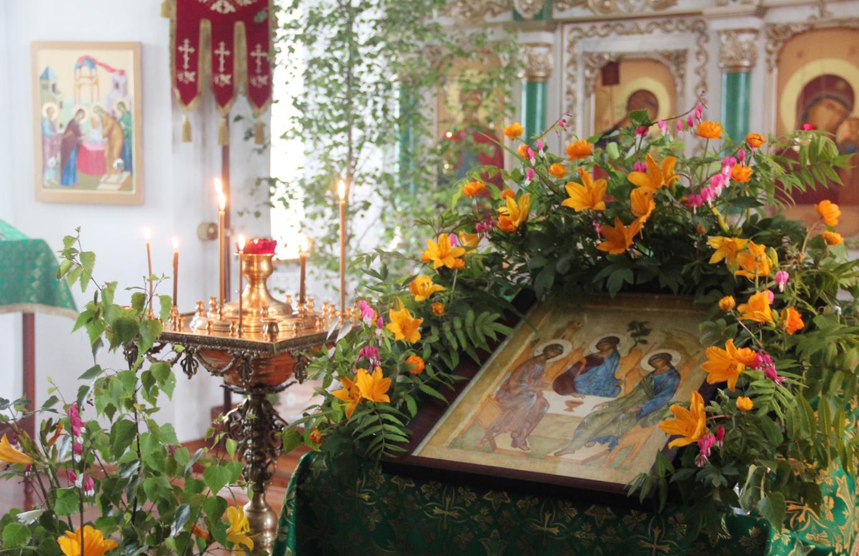 Убранство церкви на праздник Святой Троицы.