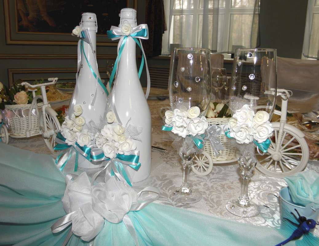 Идея украшения свадебного шампанского для свадьбы в бирюзовом цвете.