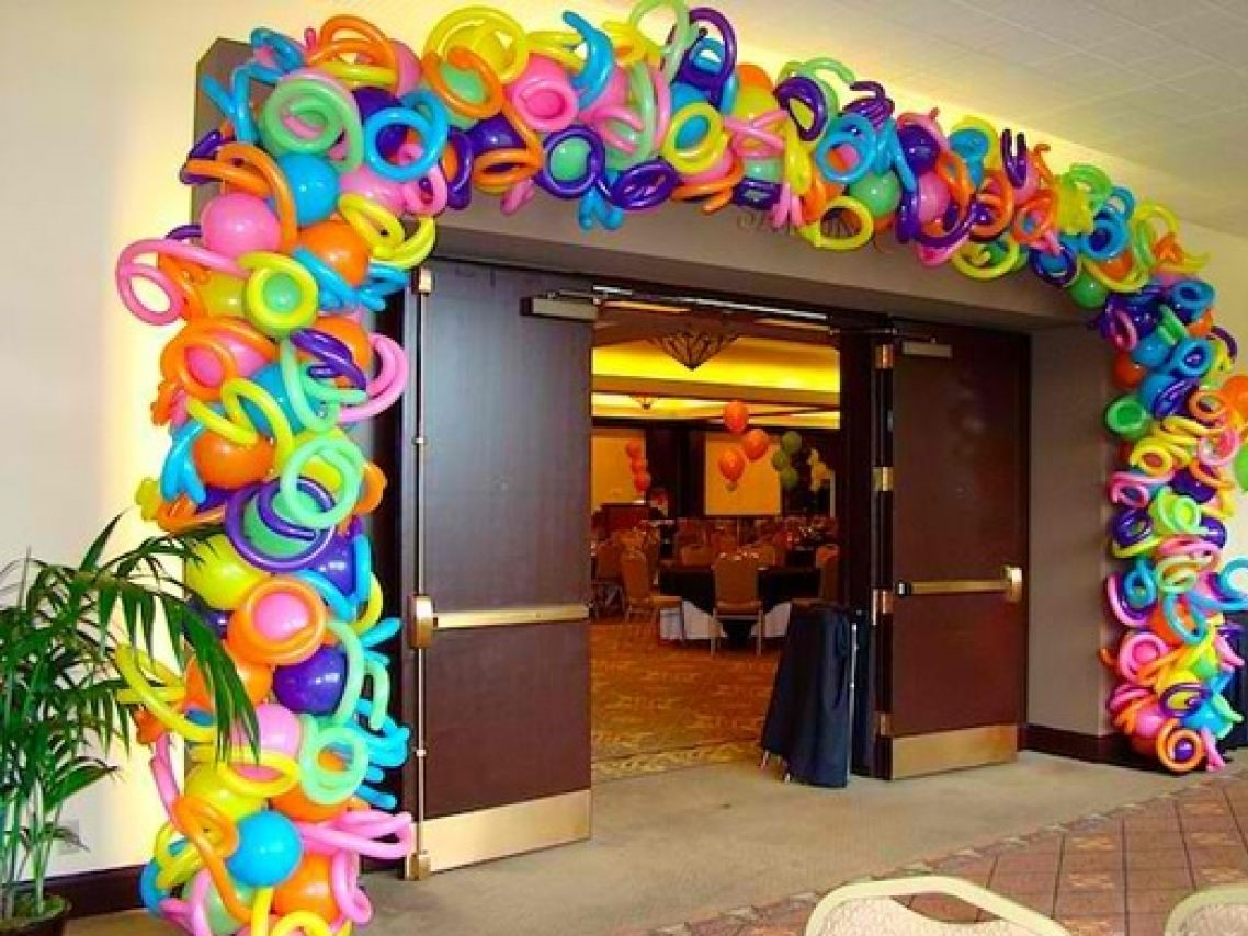 Арка из разноцветных шариков не оставит в зале ни одного равнодушного гостя.