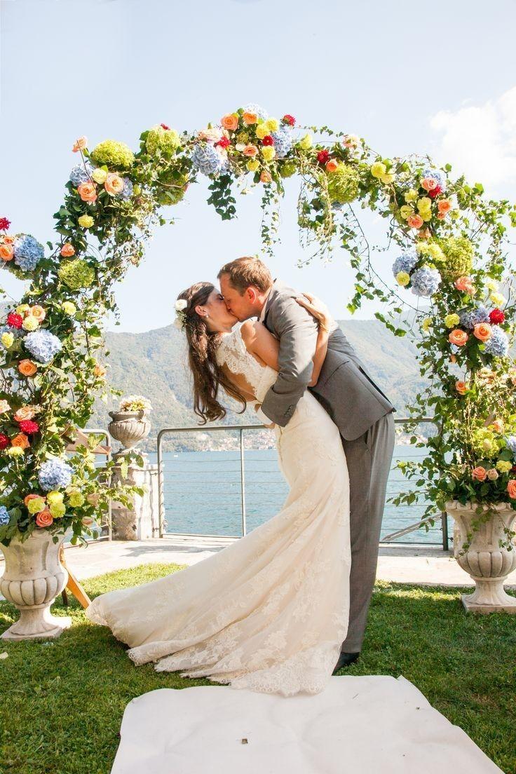 Цветочная арка, украшенная свежими цветами.