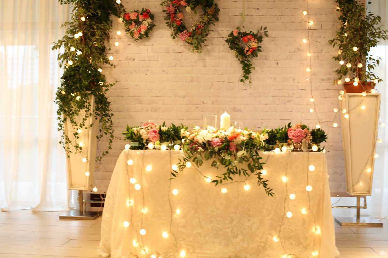 Декорирование стен и столов делает настроение сказочным.