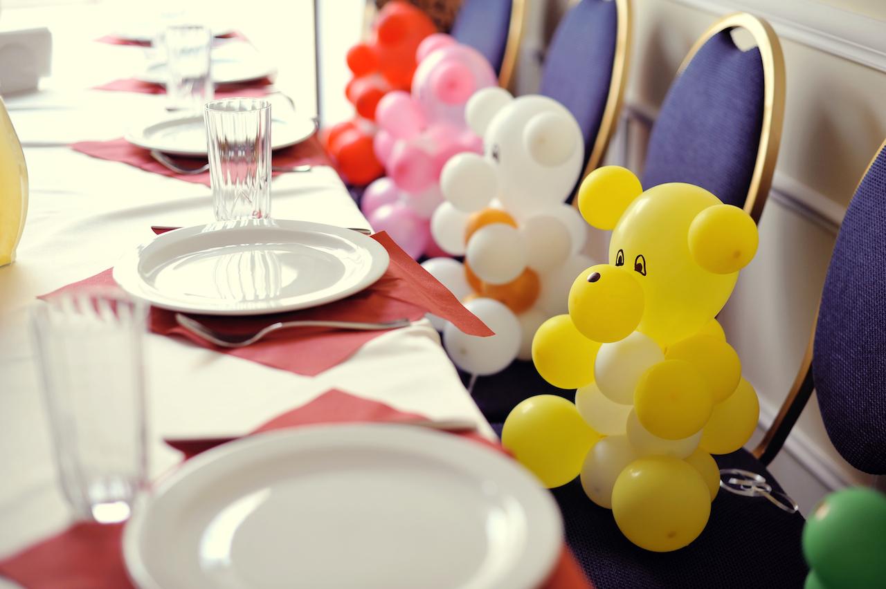 Создание атмосферы праздника вымышленными гостями порадуют не только детей, но и взрослых.