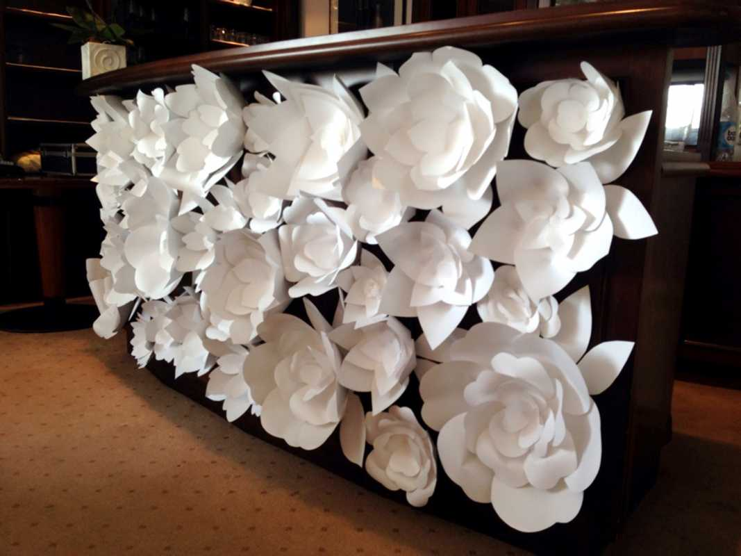Белыми бумажными цветами можно украсить скучную монотонную барную стойку.