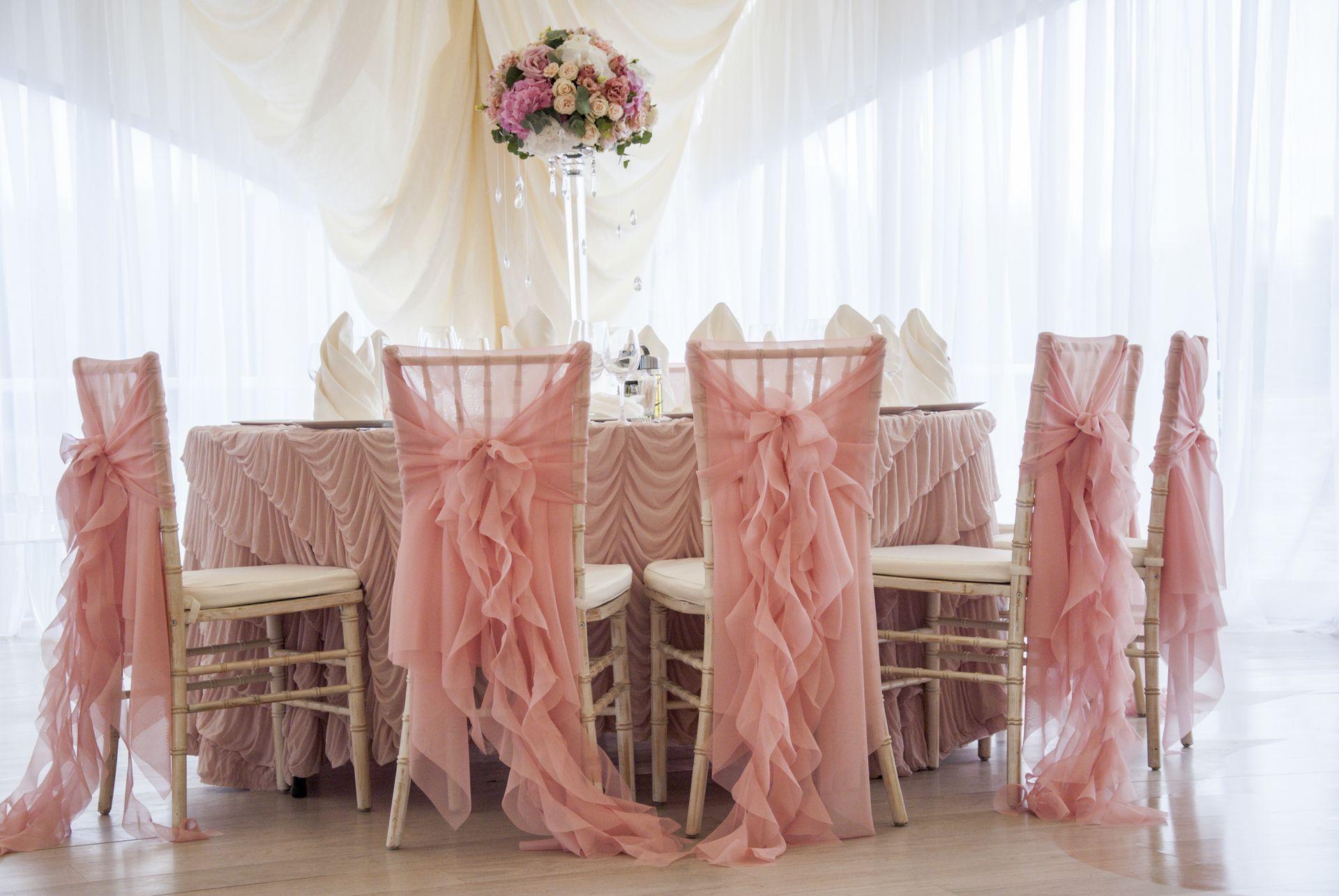 Ажурные розовые банты подчеркнут тонкую и романтическую натуру невесты.