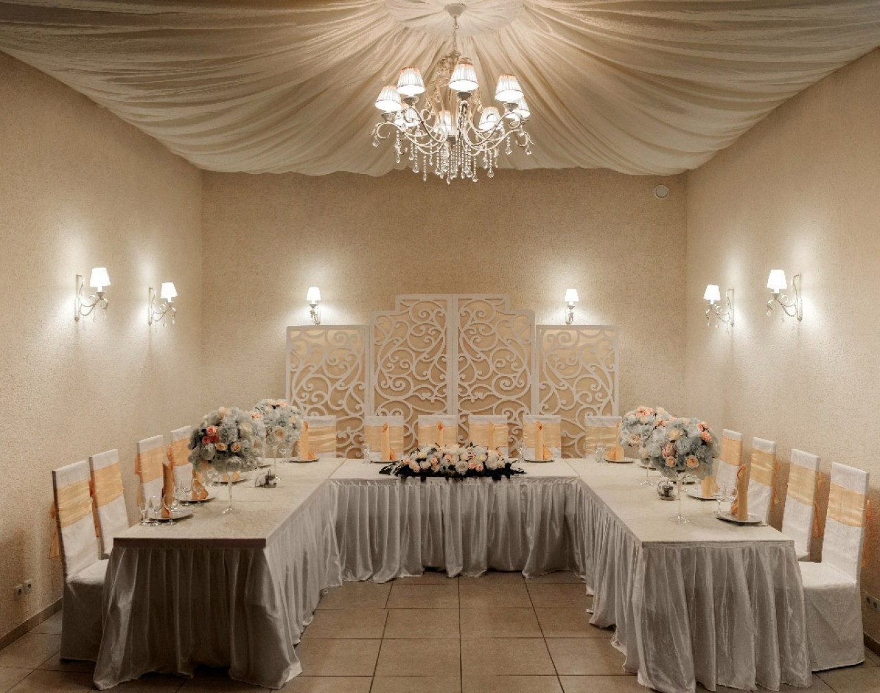 Банкетный зал, оформленный в светлых тонах, лишенный «лишних» деталей подчеркнёт элегантность брачующихся.