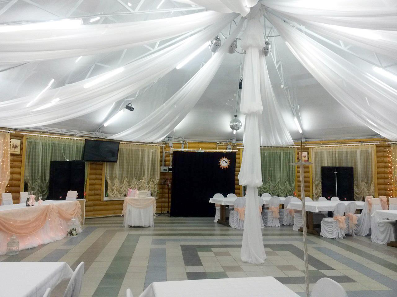 Цветовая гамма ткани позволяет дополнить выбранный стиль свадьбы. От классической белой, до модерна.
