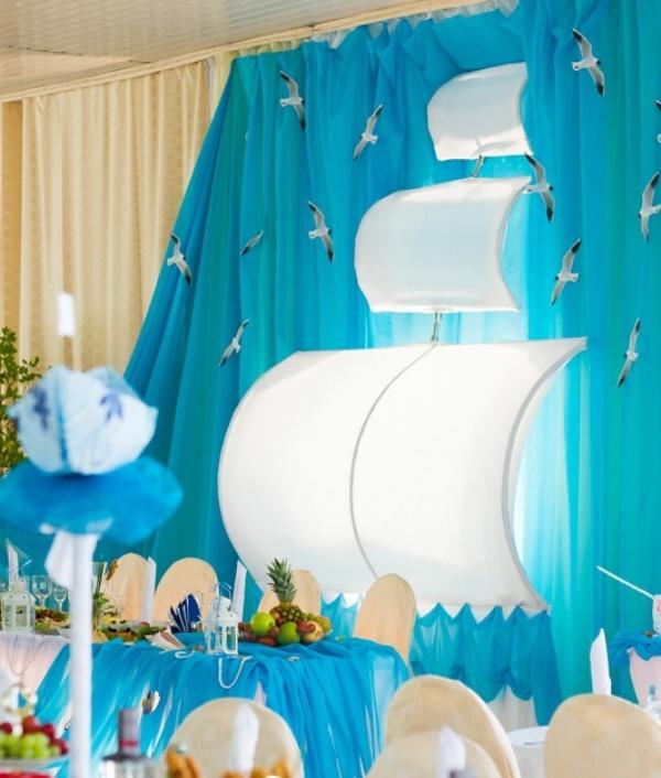 При помощи драпировки стен можно подчеркнуть стиль свадьбы. К примеру, из ткани можно сделать паруса для «морской» свадьбы.