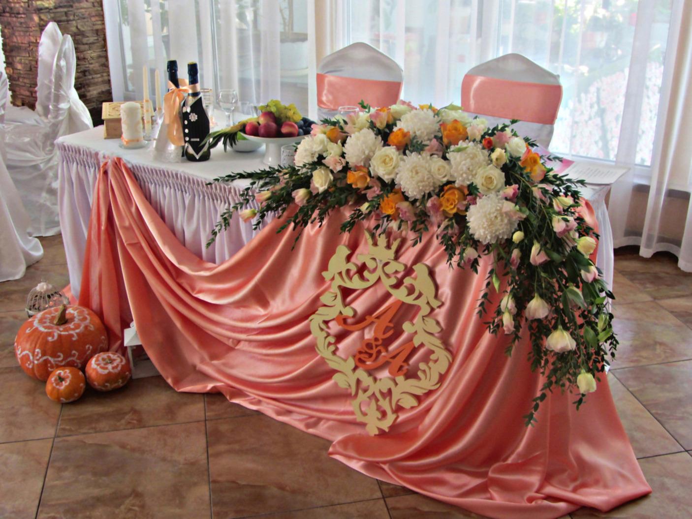 Украшение композициями свадебных столов.