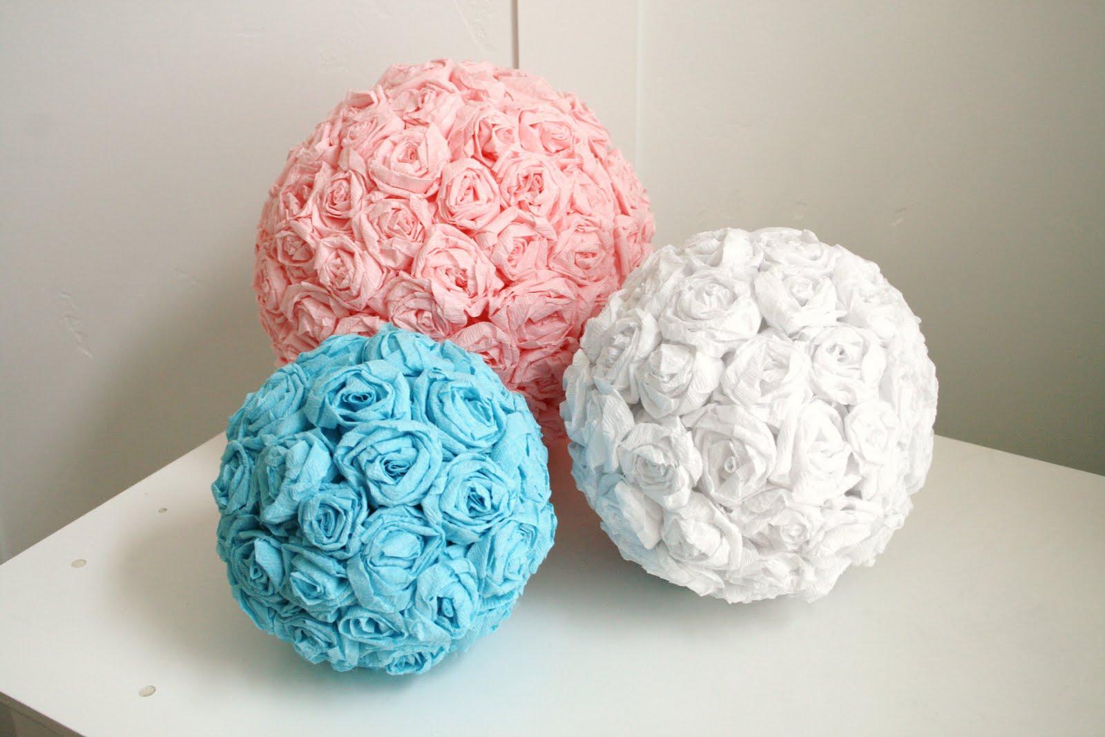 Также сегодня популярно использовать в декорировании не только огромных размеров цветы, но и маленькие, склеенные в большие шары.