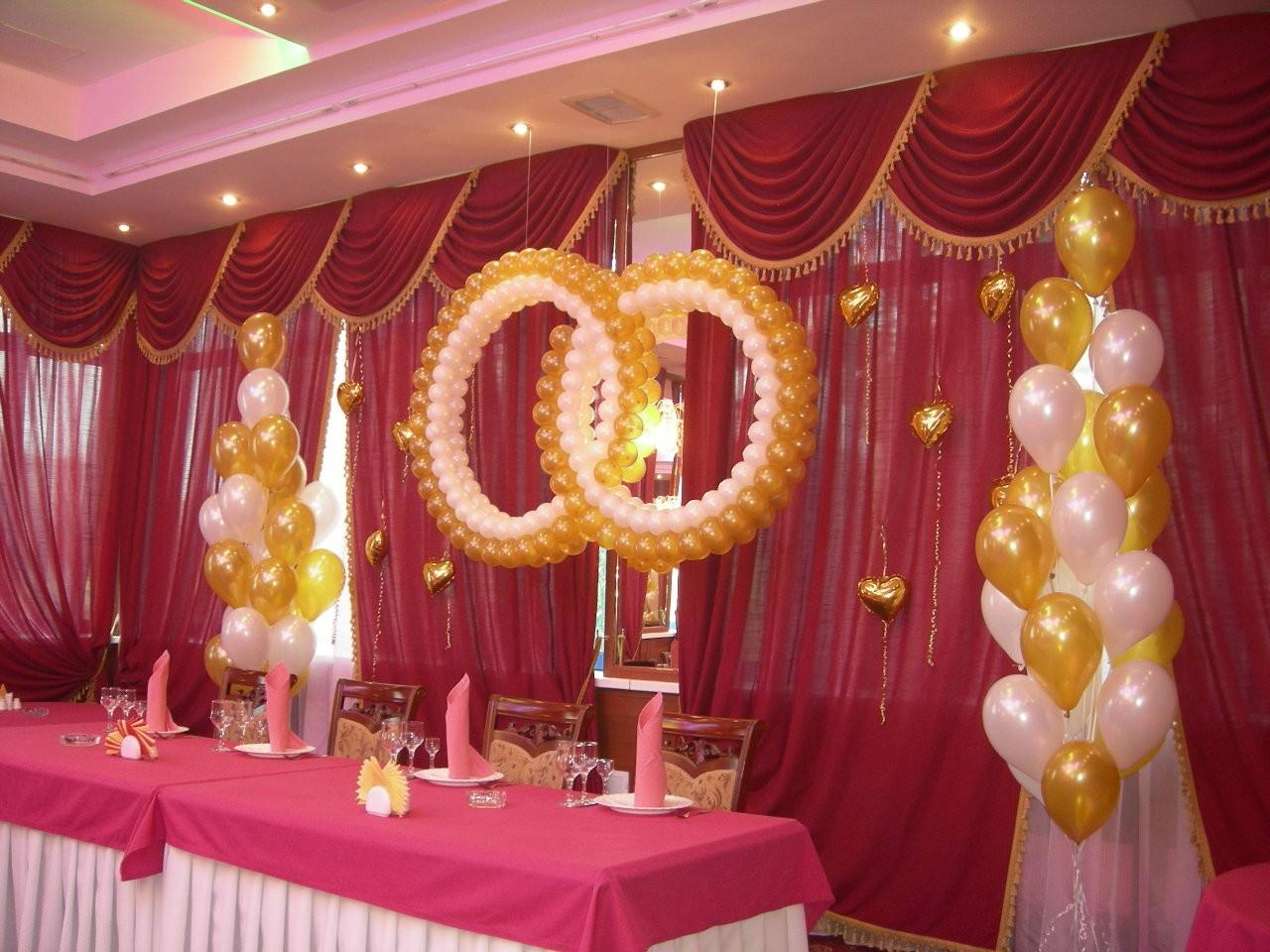 Символ скрепления союза - кольца из шариков дополнит любой свадебный зал.
