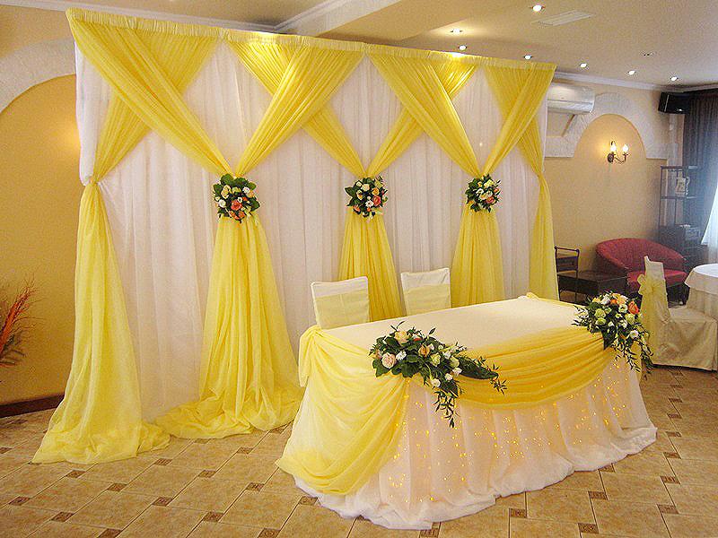 В оформлении банкетного зала чаще используют подвиды шелковых тканей. Своей легкостью они подчёркивают свадебное настроение.