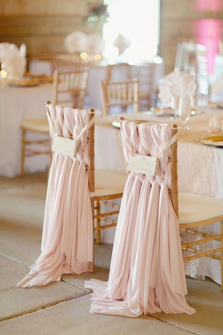 Именные стулья украшенные переплетающейся тканью достойны внимания любой свадьбы.