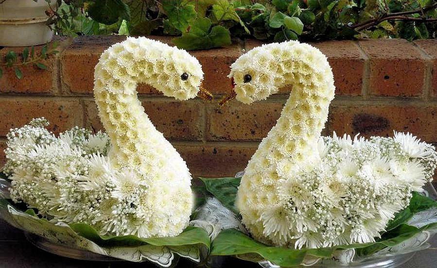 Лебедей из цветов купить на украине