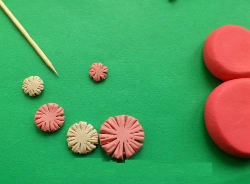 otkrytka-8-marta-plastilin3-04 Аппликации из пластилина для детей, на картоне, шаблоны, жгутиками, в детский сад, в школу. Поделка аппликация из пластилина, к 8 марта, 23 февраля, 9 мая День Победы